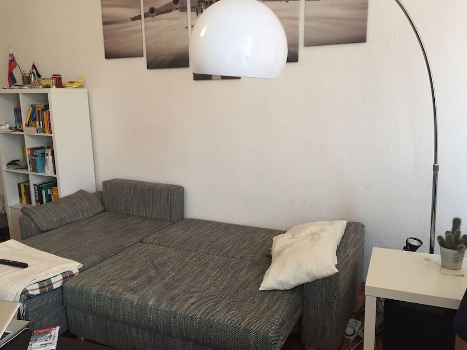 Two guests can sleep on the couch (140*200 cm). I have an additional air bed which fits another two people. But I recommend it only for one person.