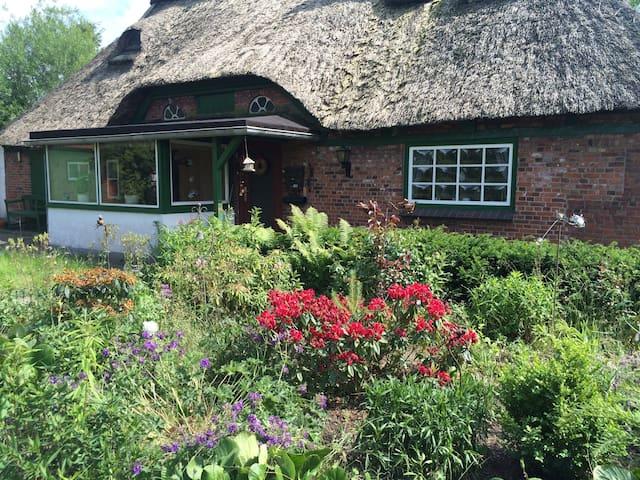 Reetdachhaus mit Sauna, Garten und Wintergarten - Kuden - House