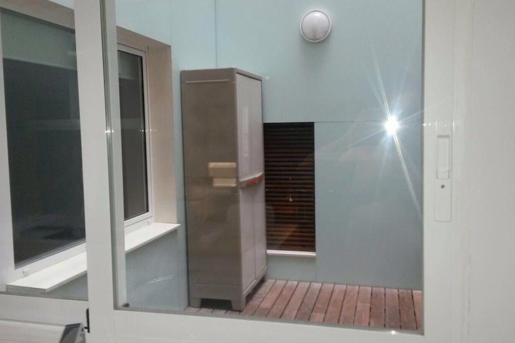 Terraza en el interior de la casa, dispone de un armario con productos de limpieza. Tiene bastante luz pero no da el sol!