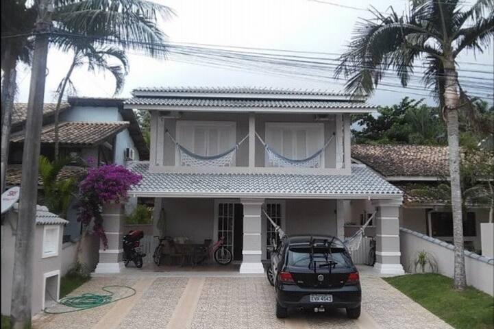 Casa em condomínio fechado em frente à praia.