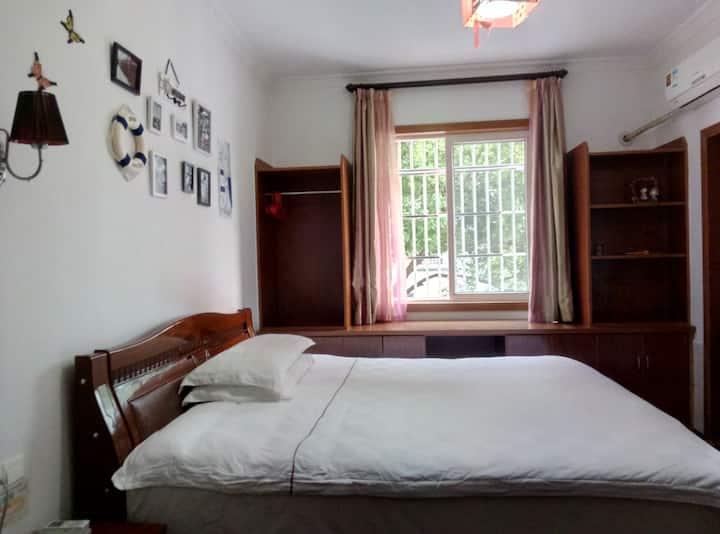 温馨双人床,一米八大床,可以加床,最多可住三人
