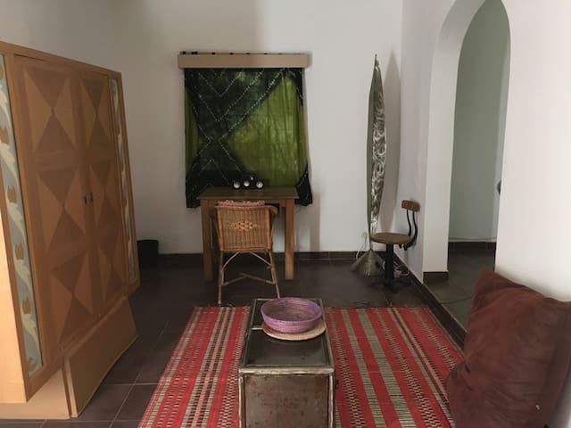 Studio meublé dans beau jardin