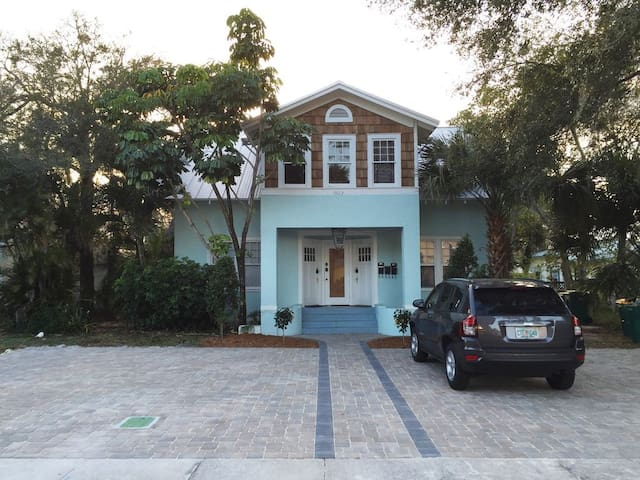 Island Escape in Downtown, minutes from the beach!