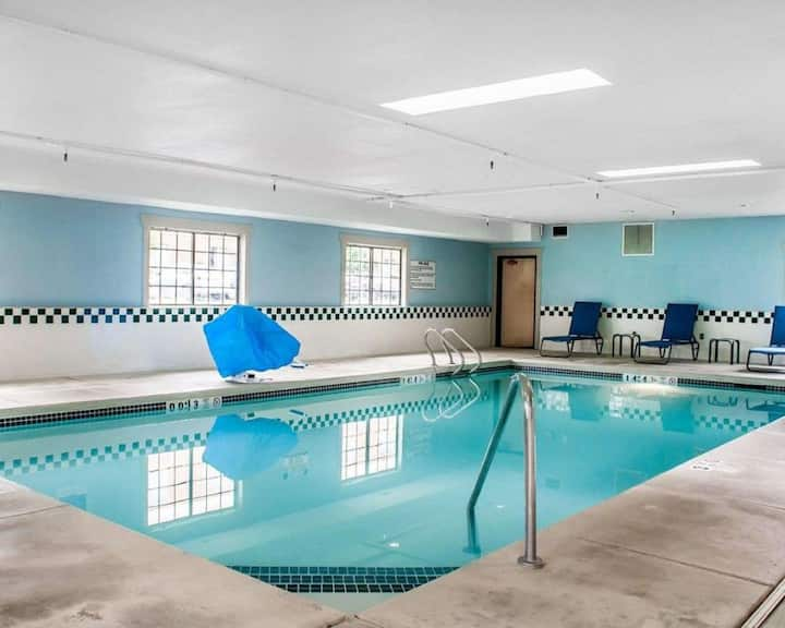 2 Wonderful Units, Free Breakfast and Indoor Pool!