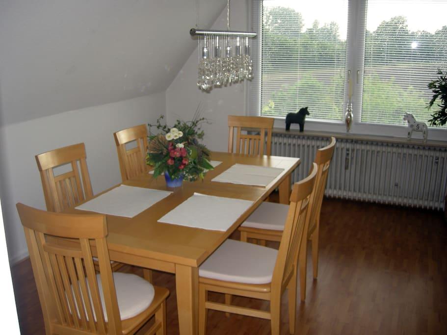 Der große Esstisch bietet 6 Gästen Platz.