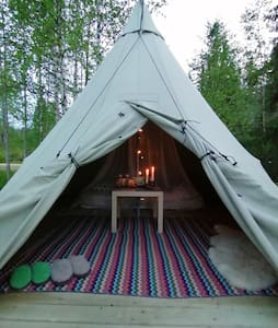 Палатка-вигвам для двоих с видом на скалу и залив