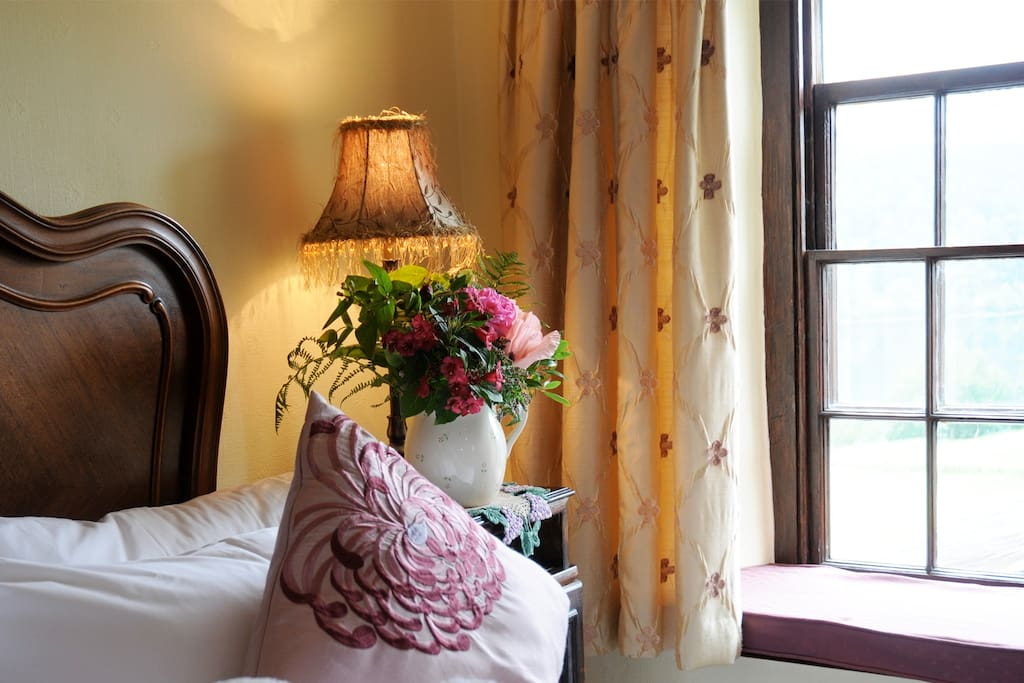 Bed and Breakfast accommodation with views of the lake and beautiful furnishings