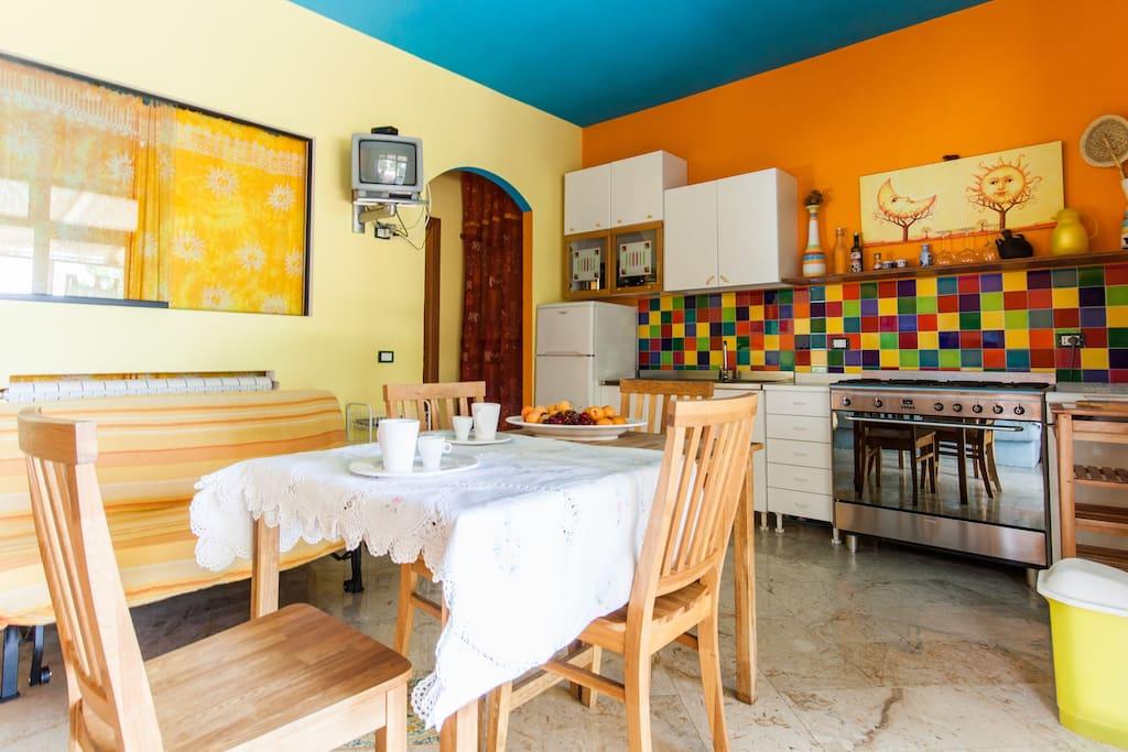 La cucina soggiorno  luminosa ed allegra
