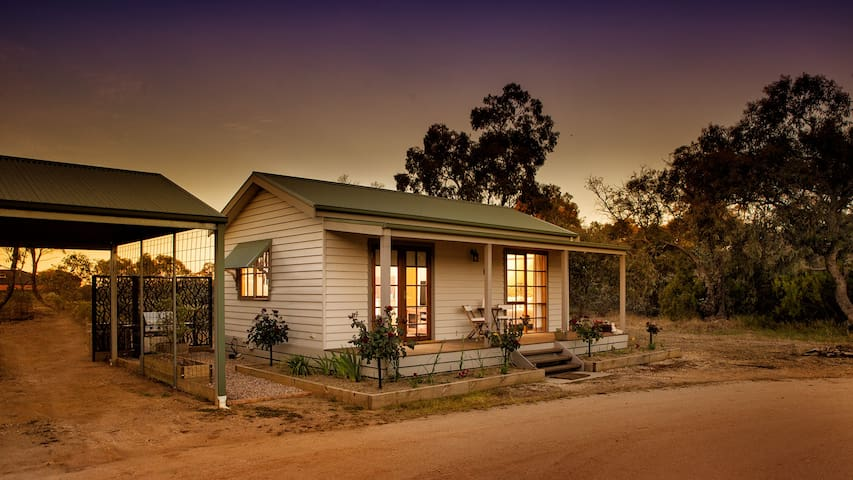 Cozy 1 BR Cottage, 10 mins to Bendigo CBD, WiFi - Junortoun - Bungalou