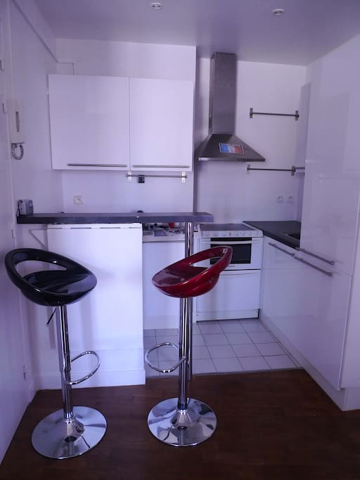 A Kitchen with a small oven, a tiny wahing machine and a dishwasher