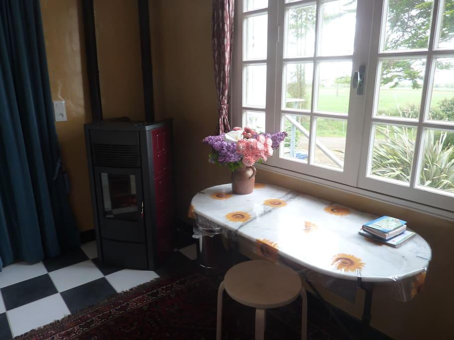 Praktische granulékachel en zitje voor het raam in de keuken.