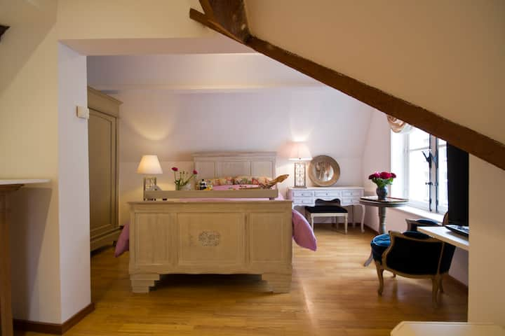"""Brugge's House of Friends """"A Romantic Loftroom"""""""