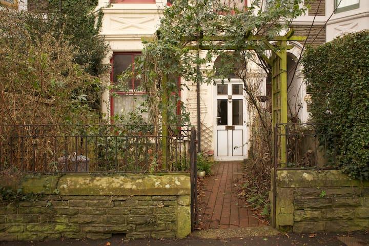 Airy Attic in Leafy Neighbourhood