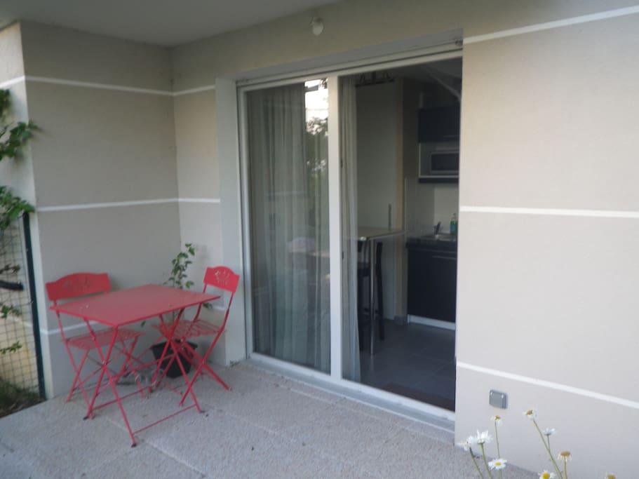 Table et chaises du coin terrasse en rez de jardin