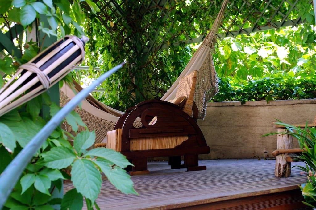 Sur la  terrasse, un hamac  deux places brésilien, et des fauteuils et des coussins pour votre confort et le plaisir de vous évader!