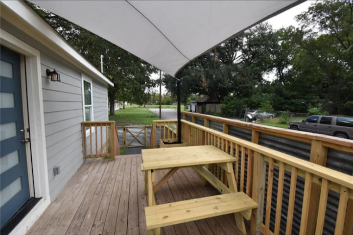 Perfect getaway 1 BD Bungalow in the Heights!