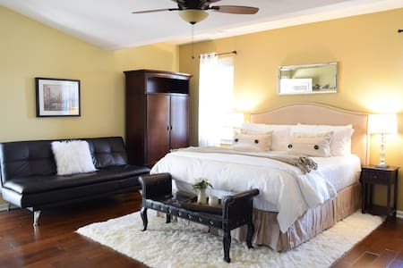 Stunning Studio w/Jacuzzi tub & Cal King bed - Redding - Maison