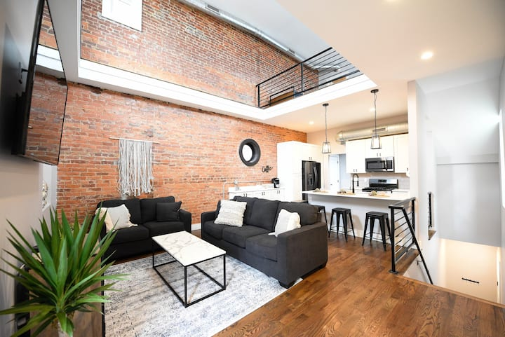 Comfy Meets Modern - Large Condo Mins to Downtown