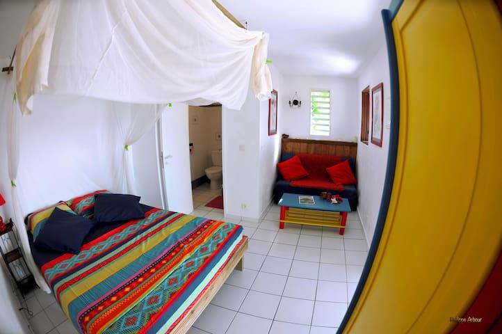 La chambre  Le lit  Queen Size est équipé d'une grande moustiquaire
