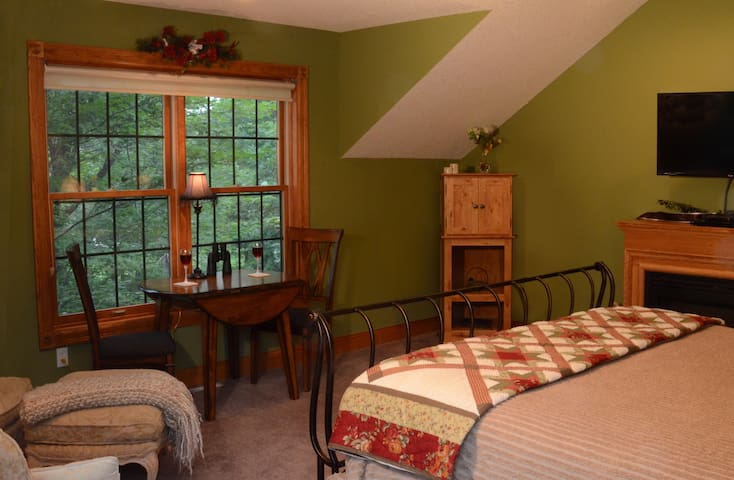 Winterberry Room - Woodland Trails Bed & Breakfast