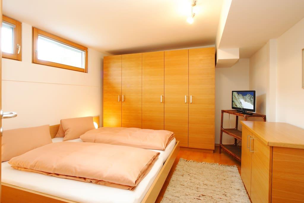 bedroom / Schlafraum