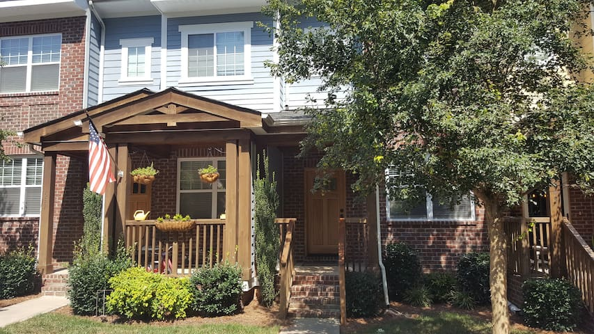 Downtown Davidson: 3 BR & whole house - Davidson - Rekkehus