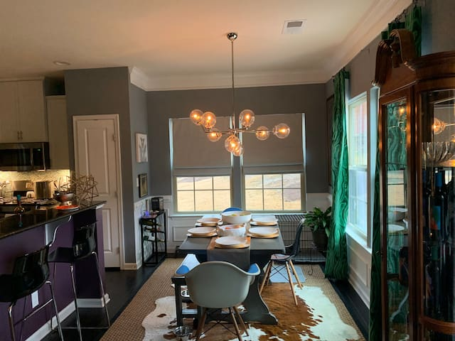 Private room w shared bath;  1.5 miles to uptown