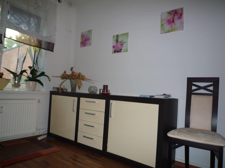 Wohnzimmer mit 32 Zoll TV und Hifi-Anlage