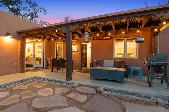 Casa Galeria - NEW LISTING Luxury South Capitol with Hot Tub, Heated Patio, Right Between Railyard and Plaza for Easy Walking