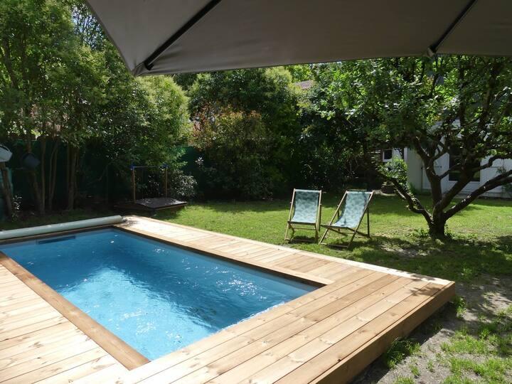 Chambre meublée dans maison de ville avec piscine
