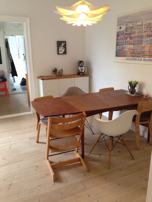 Dining room close to the kitchen. We have ekstra child chairs.