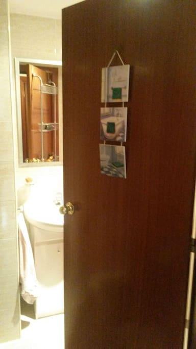 Entrant al bany sols per al convidat/ada  /  Going to the bathroom for guests