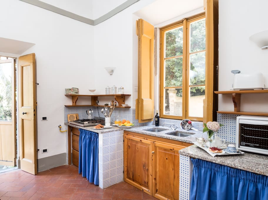 Fully-equipped eat-in kitchen