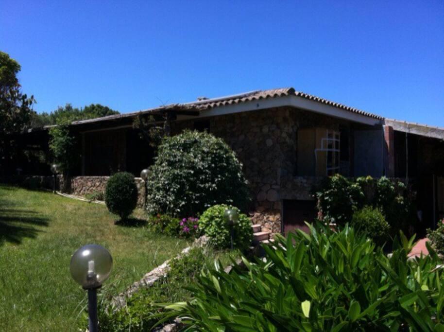 La casa è circondata di 300mq di giardino, con ingresso indipendente. È presente, sul retro, una doccia esterna. Dal giardino è possibile vedere la roccia dell'orso.