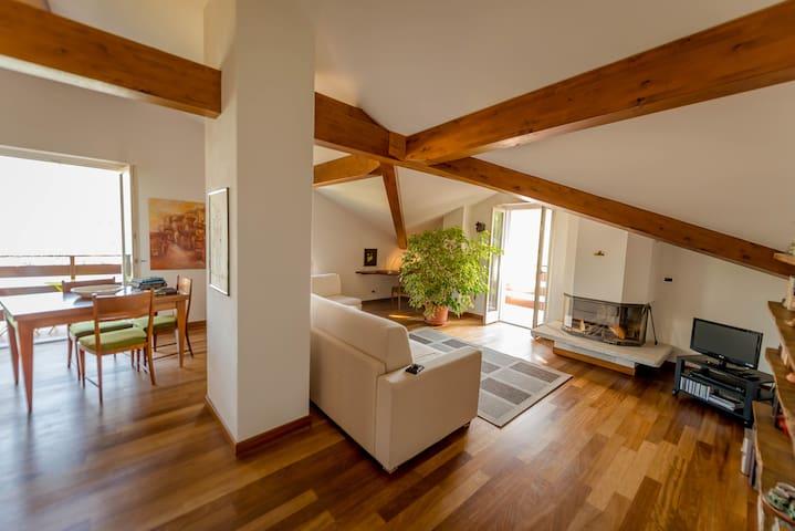 Living / dining area with comfortable sofa, fireplace and 2 balconies Zona pranzo/soggiorno con comodo divano, camino e 2 balconi