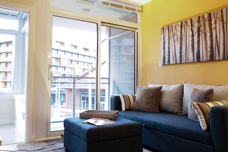 BRIGHT CONDO HEART OF OLYM. VILLAGE - Vancouver - Appartement