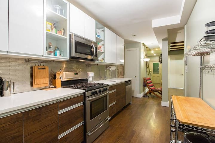 Nice Private room in quiet 2 level Brownstone!