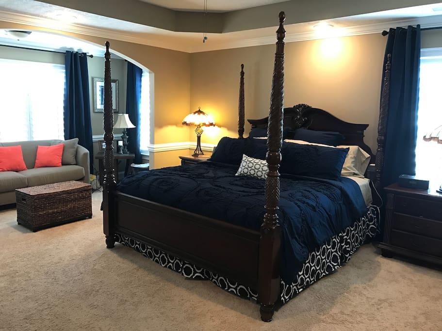 Master Bedroom - King-sized bed