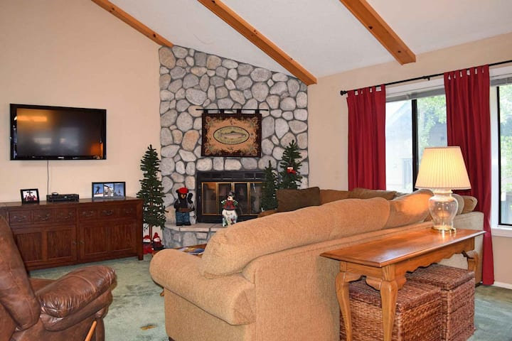 Goldmine Getaway: Walk to Bear Mountain Resort and the Moonridge Zoo! Gas Fireplace!