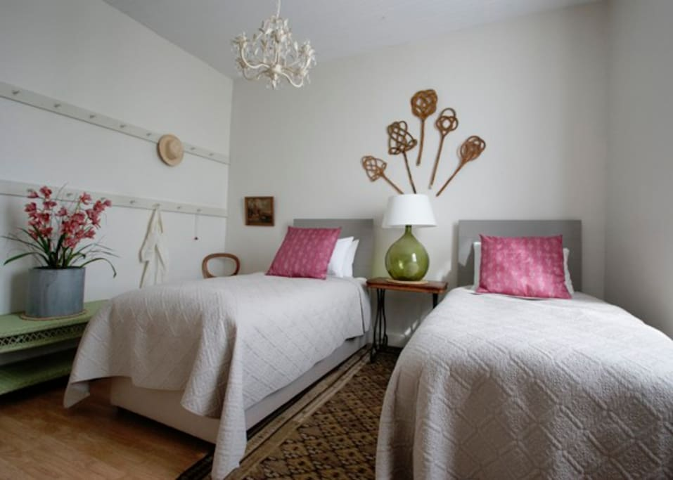 Willow Room - with shared bathroom. All bedrooms have zip and link beds and can be either a single or super king bed - Toutes les chambres ont lits zip et lien et peuvent être soit d'un lit simple ou 'Super King'