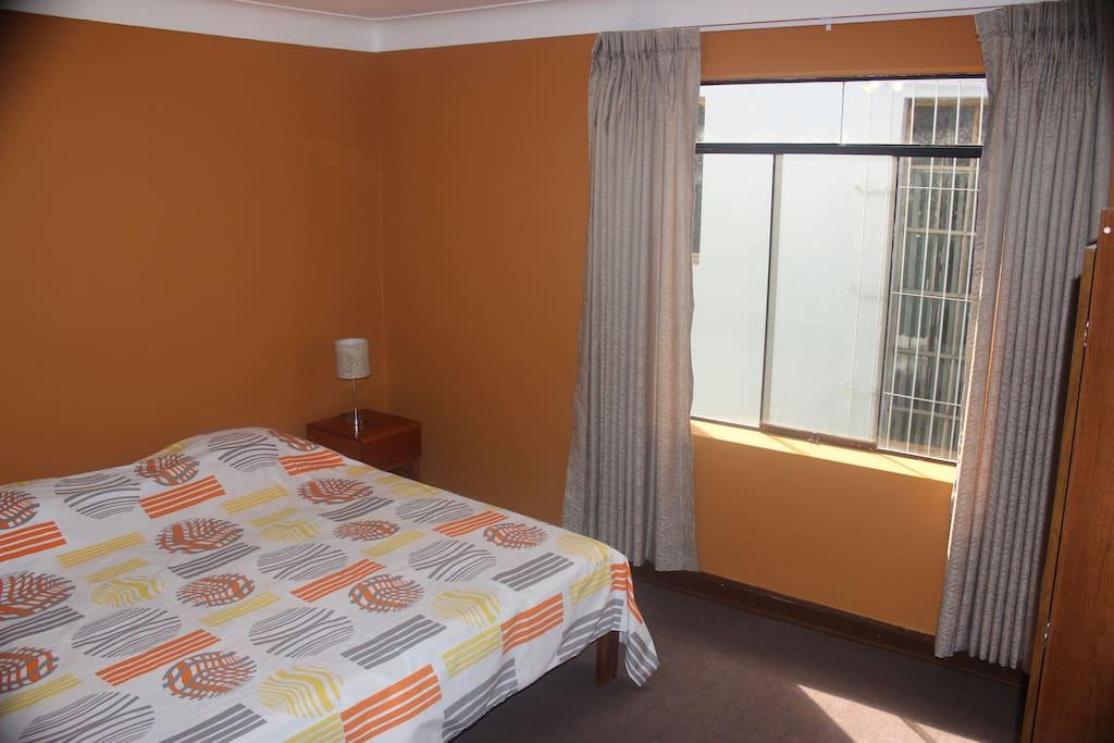 Habitación amplia con una cama extra grande y muy confortable.