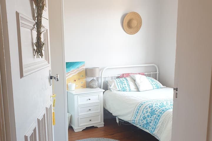 Sunny room 2 minutes from Coogee Beach!