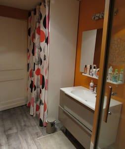 Chambre tout confort dans maison centre ville - Rumah