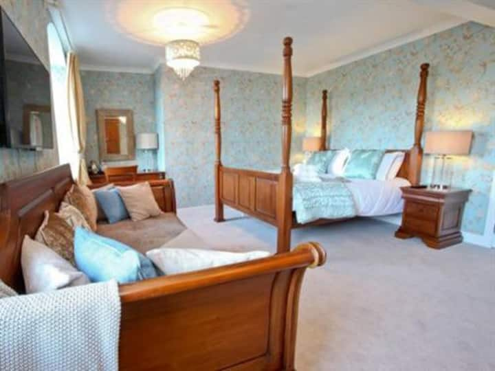 King-Luxury-Ensuite with Bath- Four poster