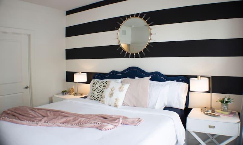 "Luxury 1 Bed Apt King Bed, 55"" Smart TV, Netflix"
