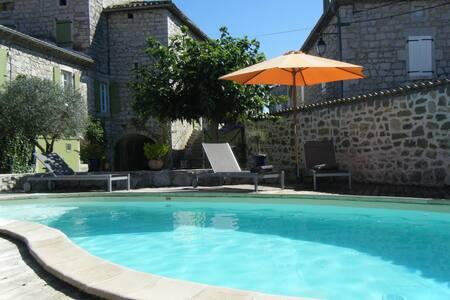 Chambre zen et cozy avec beaucoup de caracter - Saint-Alban-Auriolles - Selveierleilighet