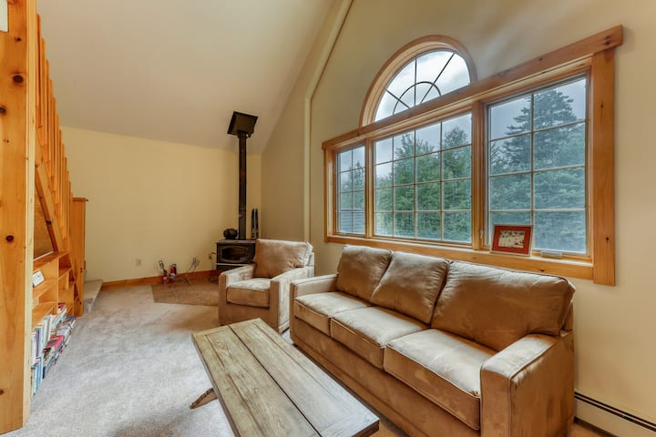 Comfy lodge style apartment w/ a loft, free WiFi, and full sized kitchen!