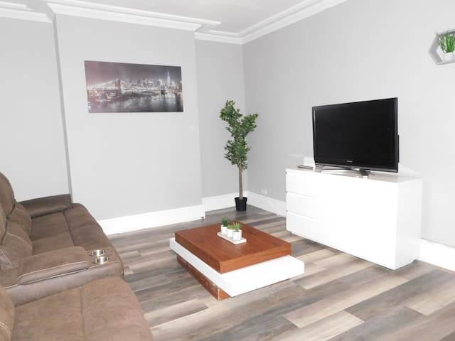 MODERN 3 BEDROOM APARTMENT - WINMORE