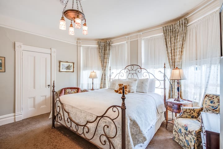 Victorian Style Bed and Breakfast - East Suite