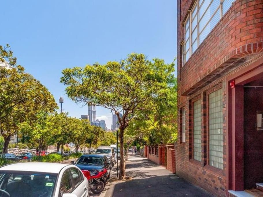 Walking distance to the best of Sydney!